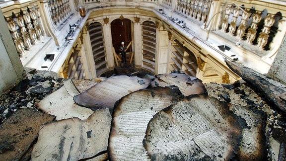 Blick in den bei einem Brand schwer beschädigten Rokokosaal der Herzogin Anna Amalia Bibliothek in Weimar, in dem Reste wertvoller Buchbestände liegen.