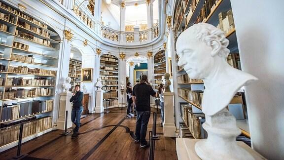 Der Rokokosaal der Herzogin Anna Amalia Bibliothek in Weimar