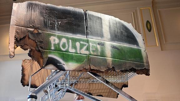 """Einen Einkaufswagen als Symbol für die Eskalation der Silvesternacht in Leipzig-Connewitz stellt die Gruppe Peng!Collective unter dem Titel """"Antifa - zwischen Mythos und Wahrheit"""" in den Kunstsammlungen Chemnitz aus"""