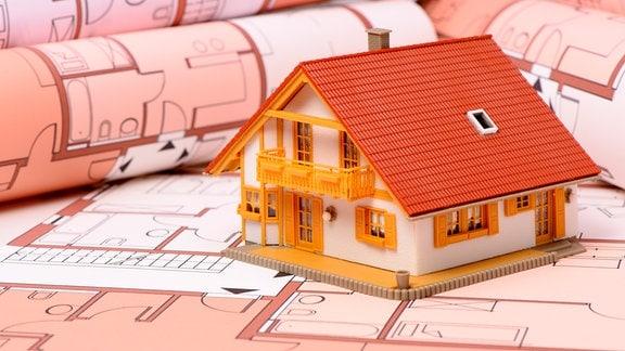 Hausmodel auf Bauplan