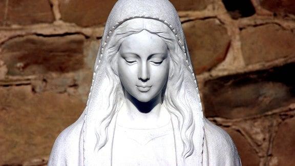 Kopf einer Marienstatue