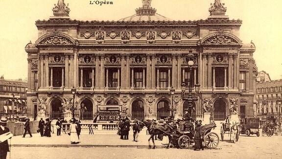 Historische Straßenpartie in Paris mit Blick auf die Oper.