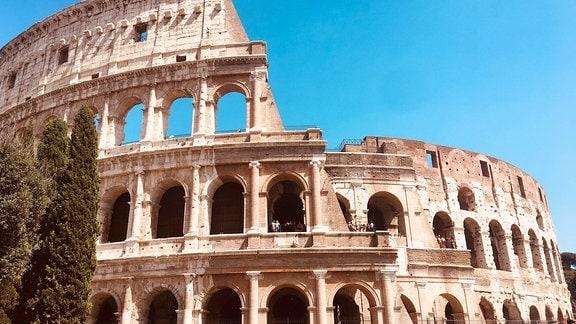 Das Kolosseum ist ein ovales Amphitheater im Zentrum der Stadt Rom, Italien.