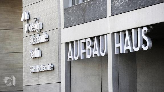 Aufbau-Haus mit Schriftzug, daneben Designalademie Berlin, SRH Hochschule Moritzplatz