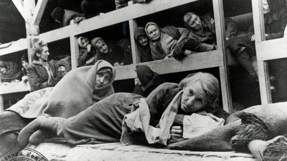 Frauen in der Kaserne von Birkenau