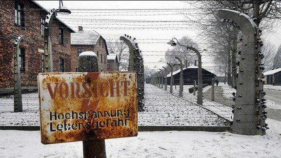 Befreiung KZ Auschwitz, 27. Januar 1945 - Stacheldrahtzaun, Warnschild Hochspannung