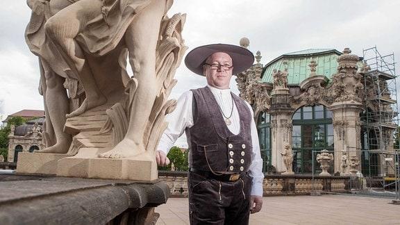 Ralf Schmidt von der Zwingerbauhütte mit Skulptur vor dem Wallpavillon.