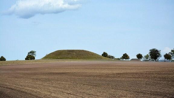 Blick auf das rekonstruierte Hügelgrab