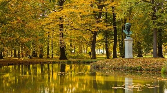 Die ehemalige Sommerresidenz des sächsischen Königshauses ist die größte chinoise Schlossanlage Europas. Der Schlosspark mit mehr als 2.000 Gehölzen und über 600 Kübelpflanzen lädt zu jeder Jahreszeit zu erlebnisreichen Spaziergängen ein.