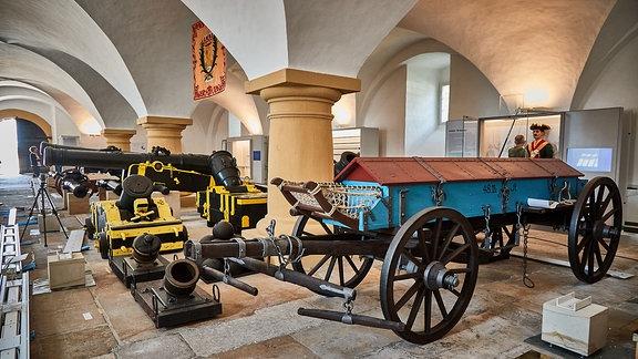 Historische Kanonnen in einer Ausstellung im Zeughaus der Festung Königstein.