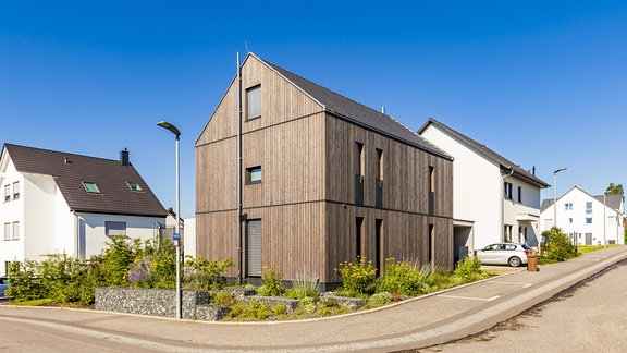 Ein Haus aus Holz.