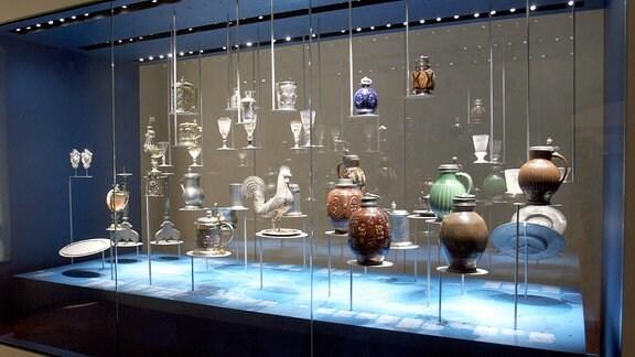 Glasvitrine mit unterschiedlichen Vasen und Figuren - Ausstellungsstücke im Schlesischen Museum in Görlitz