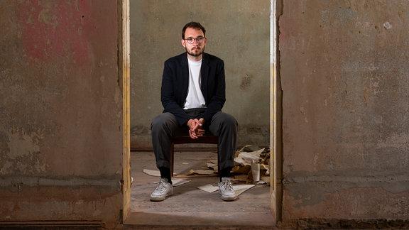 Der Autor und Schriftsteller Lukas Rietzschel bei einem Fototermin in seinem Wohnort Görlitz in einem Altbau, den er und Freunde zu einem Kulturtreff umbauen wollen.