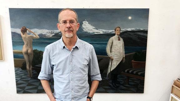 """Der Maler Axel Krause vor seinem Werk """"Der Traum des Metzgers"""""""