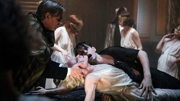 Rath, Charlotte und Böhm besuchen eine Séance, bei der Sabin Tambrea als Tristan Rot Kontakt zu seiner toten Frau aufnehmen will.