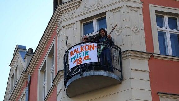 Die Musiker Kai Mader, Nicolas Schulze, Philip Meister und Buchan Heiß geben ein Jazzkonzert von ihren Balkonen.