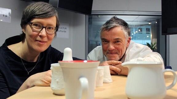 Barbara Schmidt und Thomas Bille im MDR KULTUR-Café mit Kahlaer Porzellankreationen
