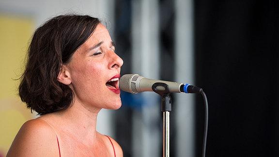 Lisa Bassenge im Live Sommerkonzert von MDR FIGARO in Leipzig.