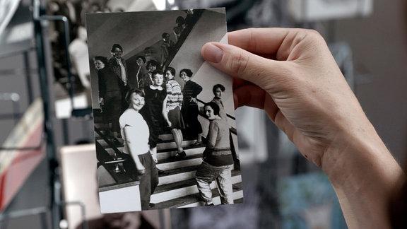 """""""Bauhausfrauen"""" auf einer Treppe - Fotografie von T. Lux Feininger"""