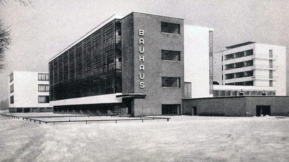 Das Bauhaus in Dessau in einer Archivaufnahme von 1935