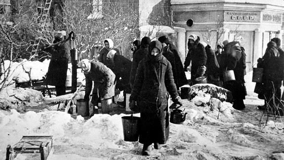 Einwohner des belagerten Leningrads mit Eimern