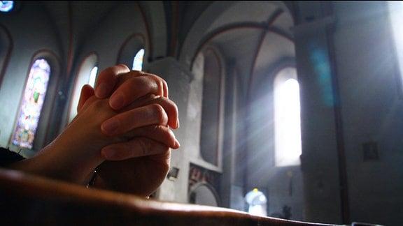 Zum Beten gefaltete Hände
