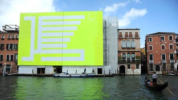 Eine Häuserfront in Venedig ist mit beißenden Farben verhangen