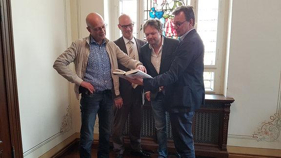 Bernd Wiegand (Oberbürgermeister Halle), Jürgen Fox (Vorsitzender des Vorstandes der Saalesparkasse), Ralf Meyer und Alexander Suckel (Literaturhaus Halle e.V.)