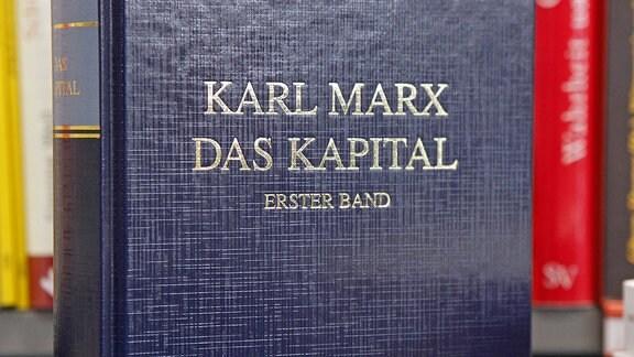 In einer Buchhandlung in Leipzig steht das Buch: Das Kapital von Karl Marx