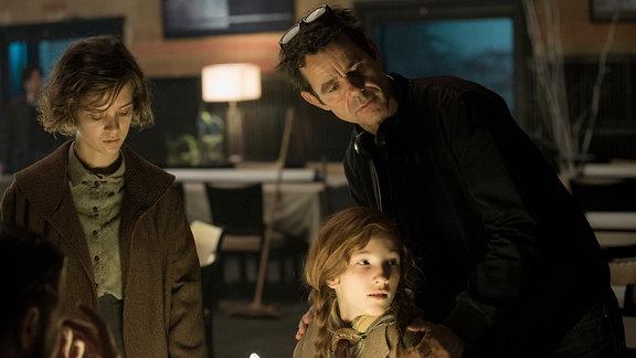Drehbuchautor und Regisseur Tom Tykwer mit Liv Lisa Fries (Charlotte Ritter) und Irene Böhm (Toni Ritter).