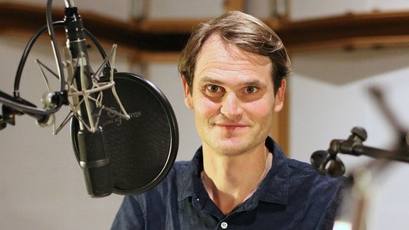 Fabian Hinrichs am Mikrofon
