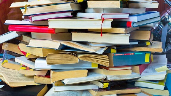 verschiedene Bücher auf einem Haufen