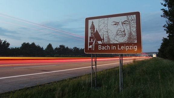 Ein Schild mit der Aufschrift Bach in Leipzig an der Autobahn 14