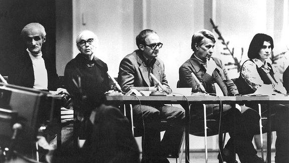 """Kurt Stern, Anna Seghers, Hermann Kant, Stephan Hermlin und Christa Wolf während einer Veranstaltung """"Solidarität mit Chile"""" 1974"""