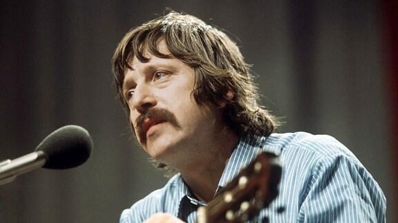 Der Ostberliner Liedermacher Wolf Biermann gibt 1976 in der Kölner Sporthalle ein Konzert