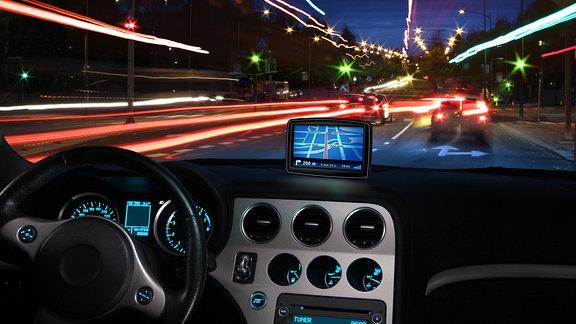 Navi in einem Auto bei Nacht