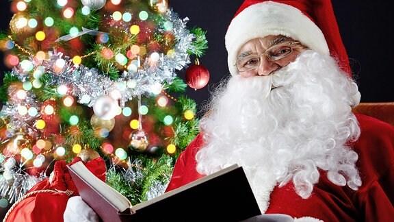 Ein Weihnachtsmann mit einem Buch