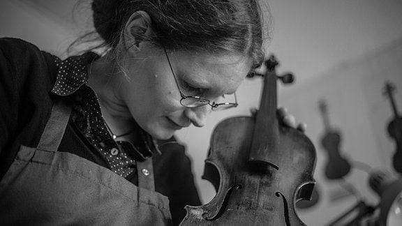 Anna Karoline Meinel hält eine Violine