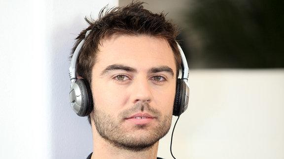 ein Mann hört Kopfhörer