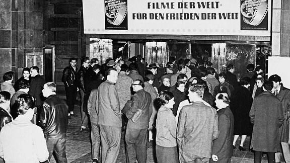 Publikum vor dem Kino Capitol - 1961