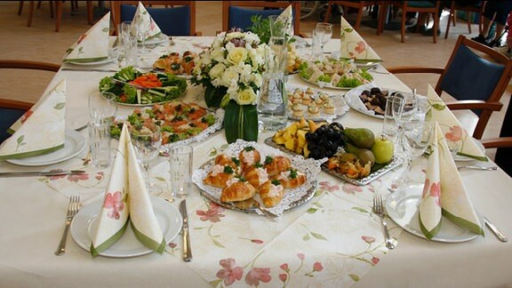 Ein festlich gedeckter Tisch.
