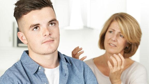 Eine Mädchen streitet mit ihrer Mutter