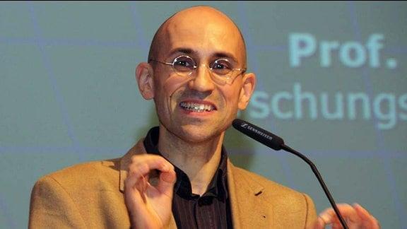 Prof. Felix Ekardt bei einem Vortrag.