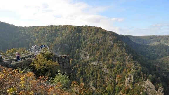 Die Rosstrappe mit Blick auf die Berge im Harz, unten das Bodetal