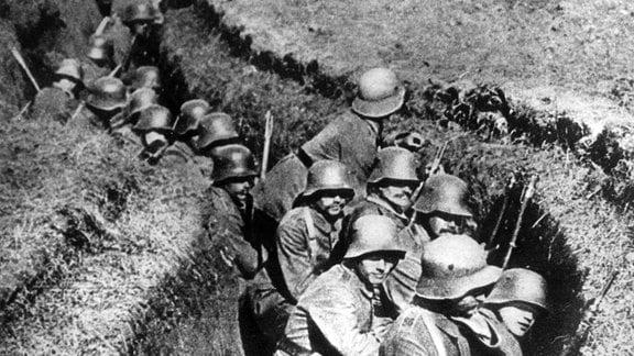 Erster Weltkrieg - Deutsche Soldaten im Schützengraben