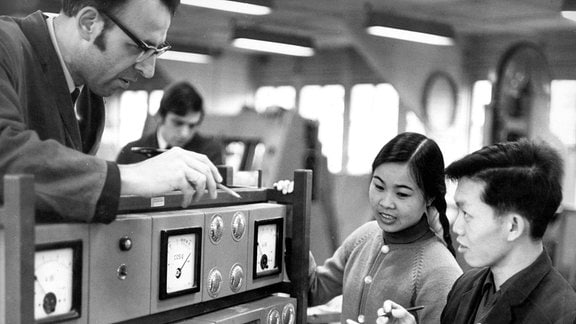 Ingenieur Heinz Helass (li., GER) sowie Giang van Quay (re.) und Nguyen Thi Xuan (beide aus Vietnam) während eines Gespräches im Rahmen des Studiums an der Ingenieurschule für Holztechnik 1972 in Dresden.