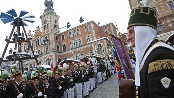 Traditionelle Bergparade zum Weihnachtsmarkt in der sächsischen Stadt Stollberg