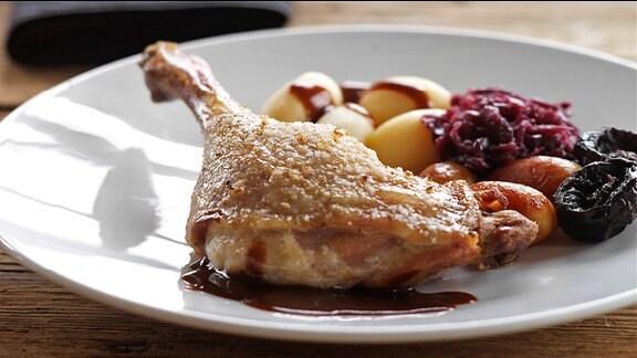 Ein Teller mit Entenkeule, Kartoffeln und Rotkohl