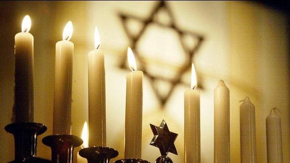 Chanukka-Leuchter mit 5 brennenden Kerzen anlässlich des Chanukka-Festes der Jüdischen Gemeinde Thüringen in Erfurt.