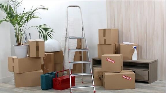Umzugskartons in einer Wohnung